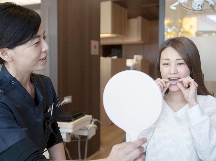 矯正治療を行っている男性歯科医師