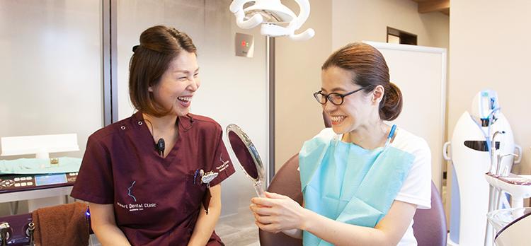 治療経過を確認している女性歯科医師